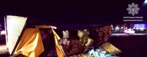 Аварія на Закарпатті: вантажівка з причепом перекинулася на трасі