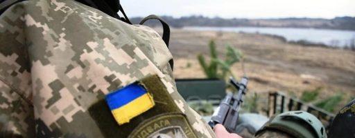 На Донбасі важко поранений український військовий, – Міноборони